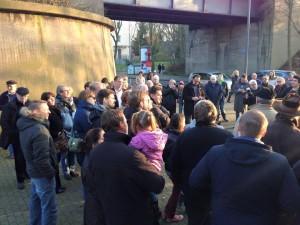 Menschen vor der Schule